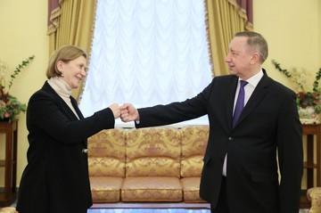 Анна Попова и Александр Беглов показали всем, как надо теперь здороваться