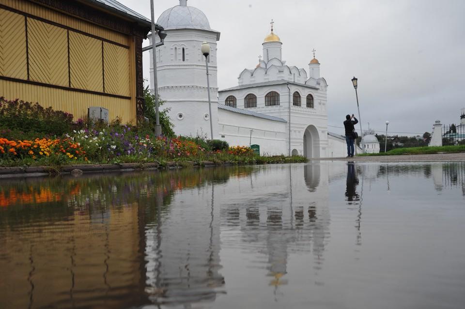 Туристическая инфраструктура в Суздале работает, однако масочный режим никто не отменял.