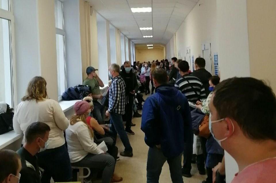 В период пандемии людям приходится сутками стоять на прием к врачу Фото: читатель КП