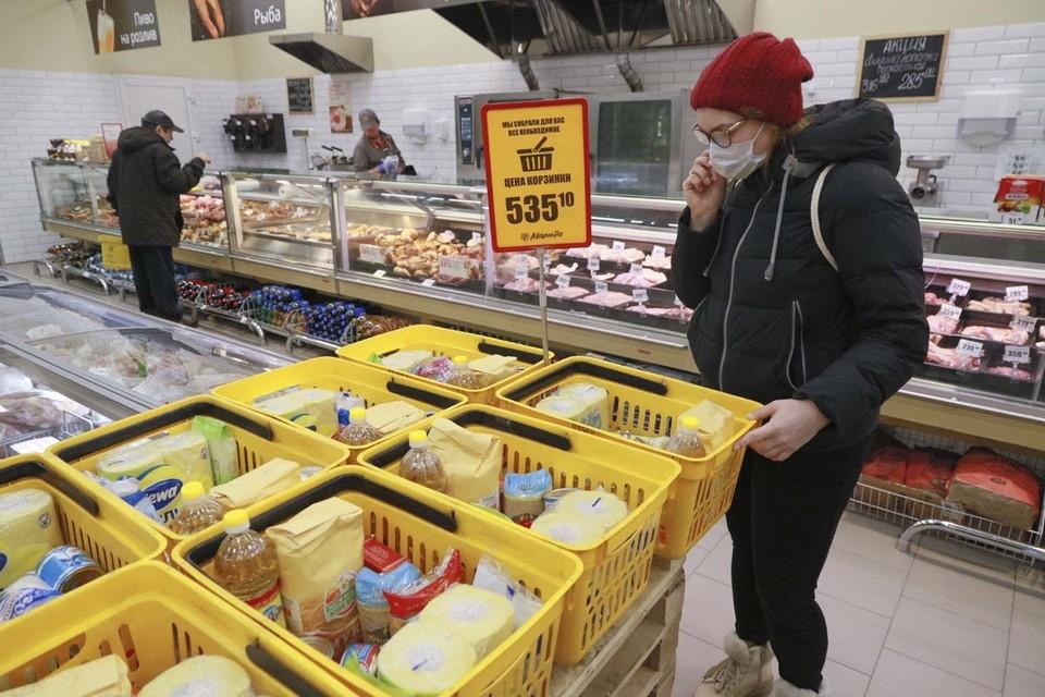 Согласно указу губернатора, покупатели в магазине обязаны находиться в масках.