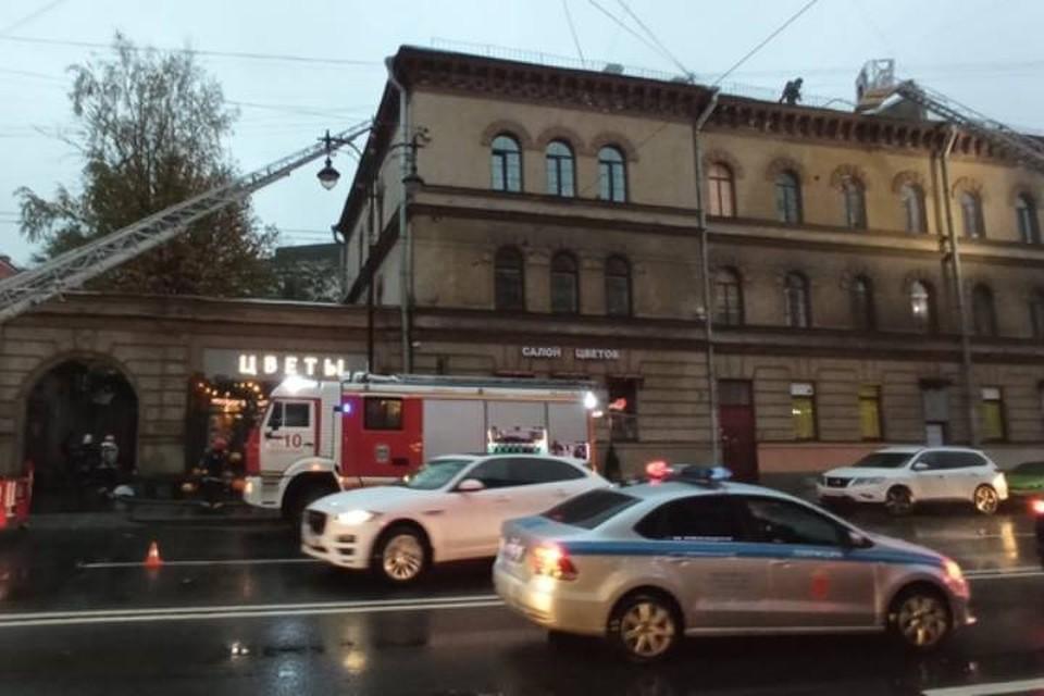Пожар охватил крышу жилого дома на Кирочной улице в Петербурге