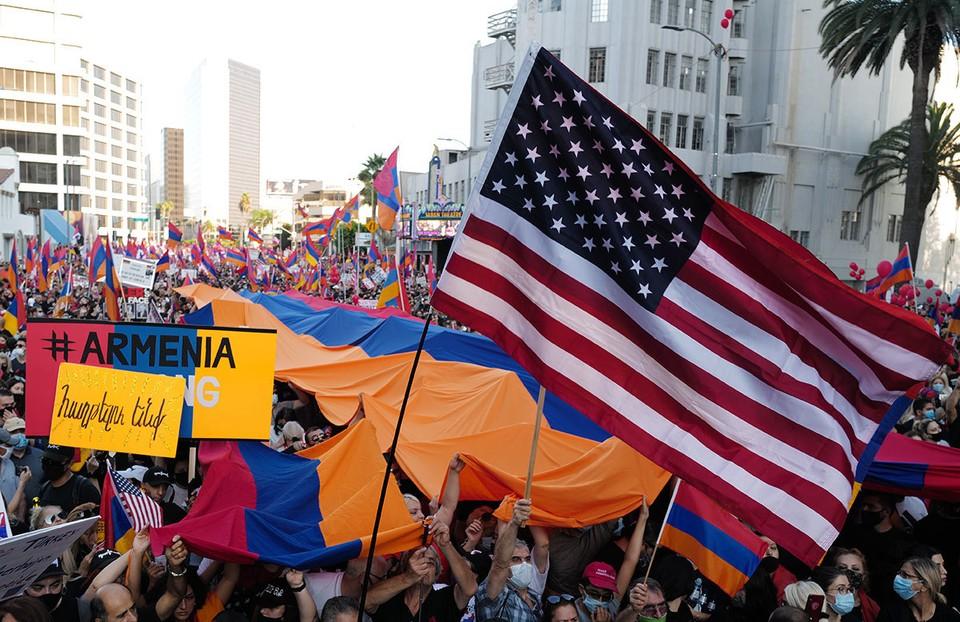 Флаги США и Армении на митинге армянской диаспоры в Лос-Анджелесе, октябрь 2020 г.