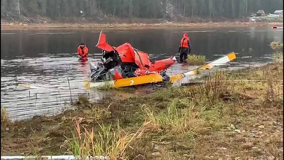 Вертолет подняли на следующий день после падения, но людей в нем не обнаружили.