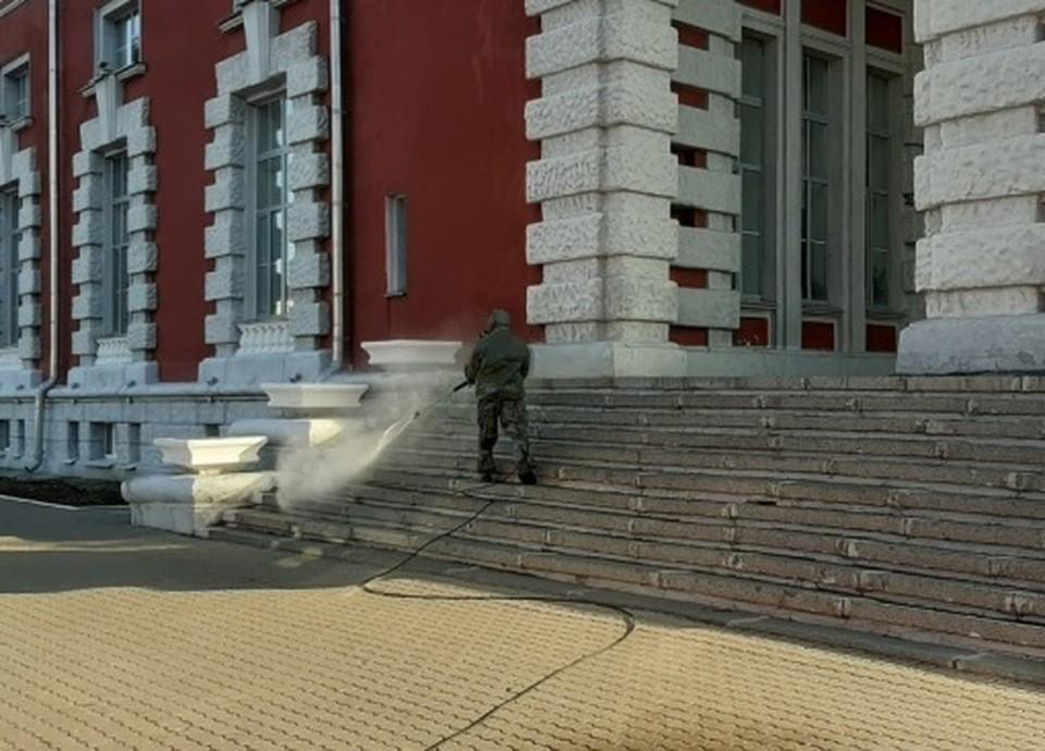 В Курске продолжается дезинфекция территорий