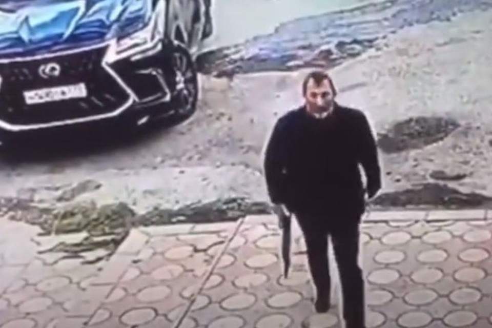 Мурадисов направляется в кафе, чтобы свести счеты с бойцом ММА. Фото: стоп-кадр