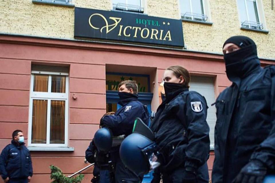 """Полиция у отеля """"Виктория"""" в разгар левых беспорядков"""