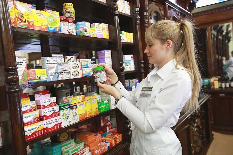 Кто-то еще покупает витамины, а кто-то уже - противовирусные средства.