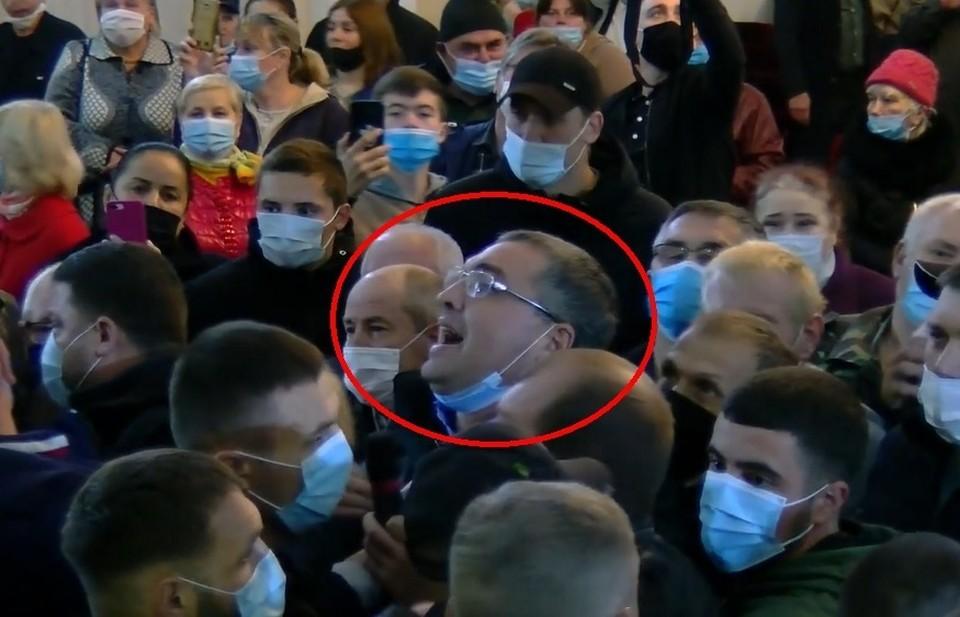 В сети появилось видео: Жители Фалешт, недовольные клоунадой Усатого, выгнали его со встречи с Додоном