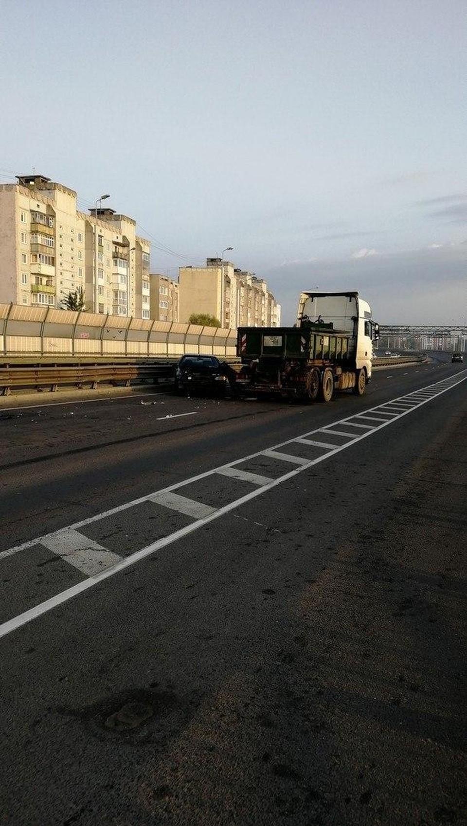 """Сегодня на Втором эстакадном мосту """"встретились"""" грузовик и легковое авто."""