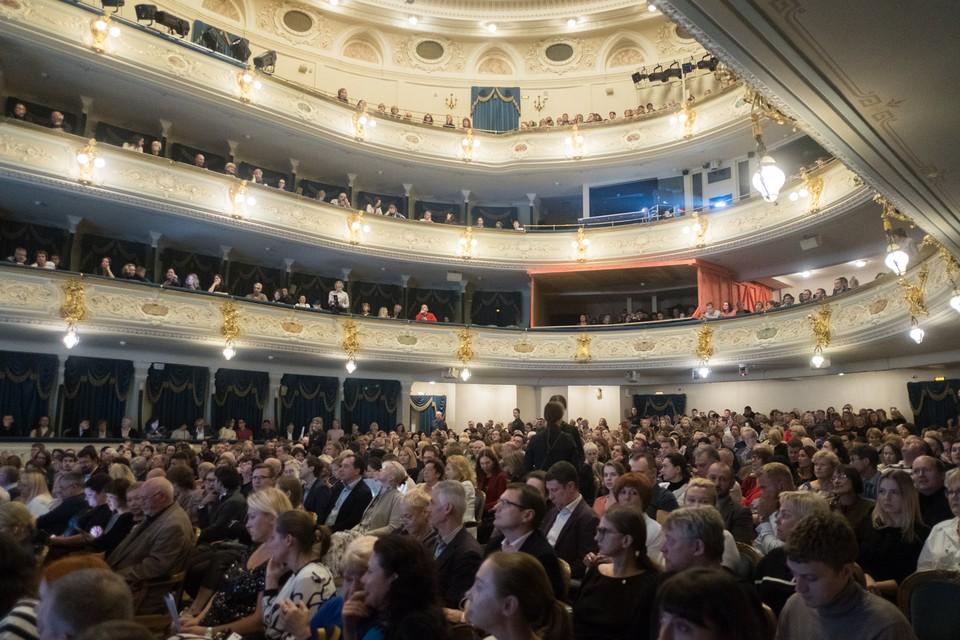 Из-за второй волны коронавируса в Санкт-Петербурге отменили десятки спектаклей.