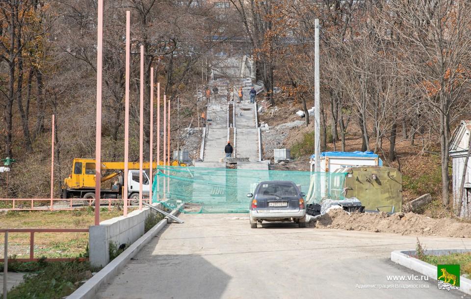 """Одна из лестниц парка Минного городка соединяет его с остановкой """"Поликлиника"""""""