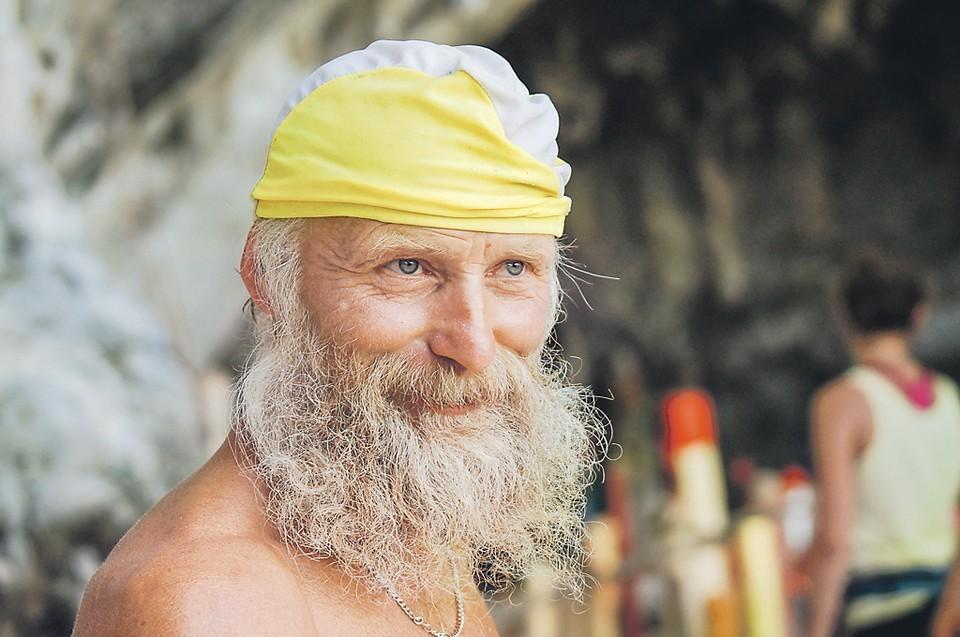 Без страховки, босиком дед Андроныч буквально бегает по скалам. Фото: Ирина ЯКУНИНА.