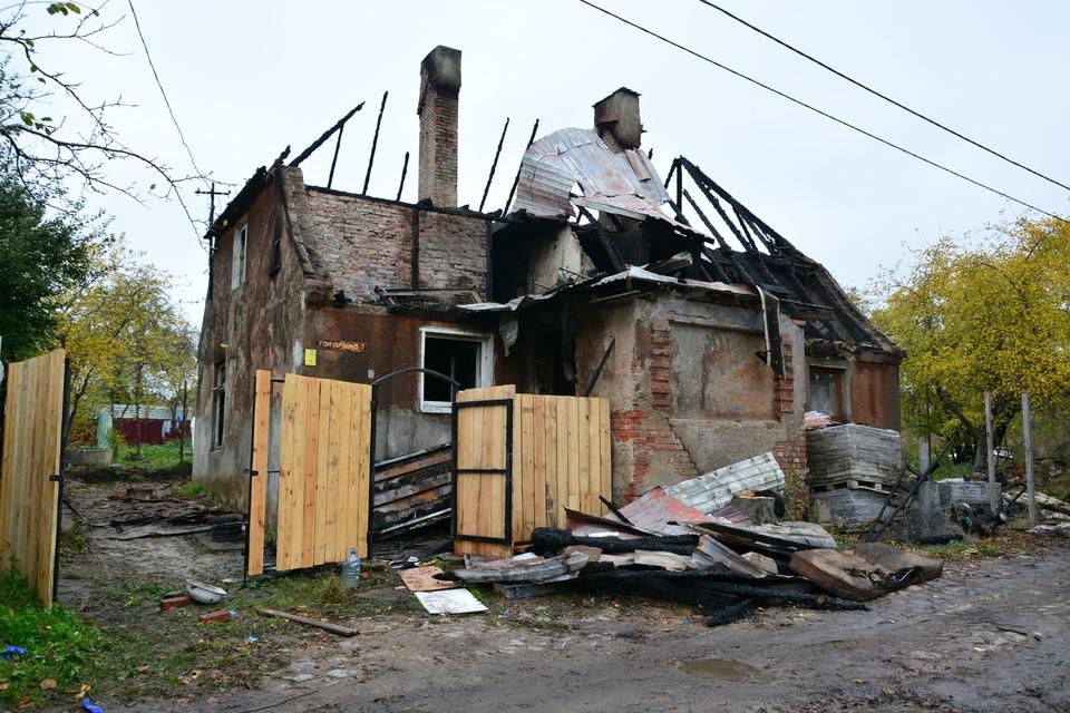 Кроме первого этажа огонь уничтожил мансарду и перекрытия крыши. Восстановить дом вряд ли удастся.