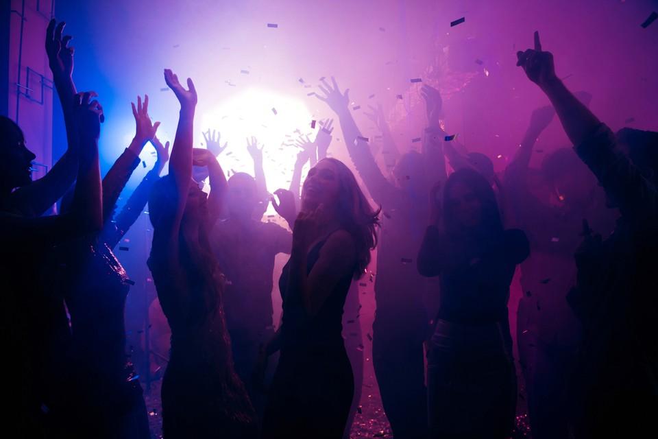 Хочешь потанцевать на дискотеке, отдохнуть в баре - сканируй при входе QR-код либо отправляй СМС на специальный короткий номер