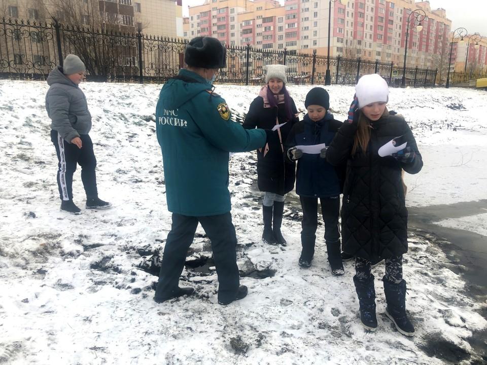 В Лянторе сотрудники МЧС пообщались с детьми об опасностях, подстерегающих на водоемах Фото: Главное управление МЧС России по Ханты-Мансийскому автономному округу