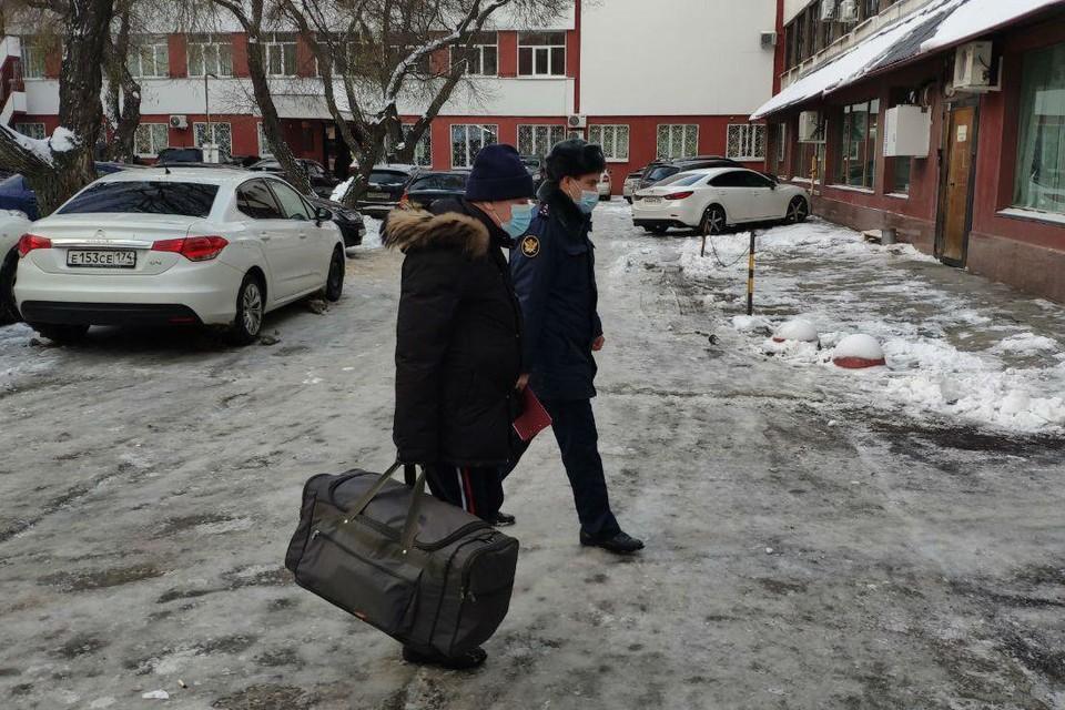 Вчера Евгений Тефтелев был налегке, сегодня — с сумкой