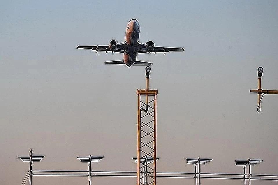 Массовая драка женщин и мужчин в самолете попала на видео