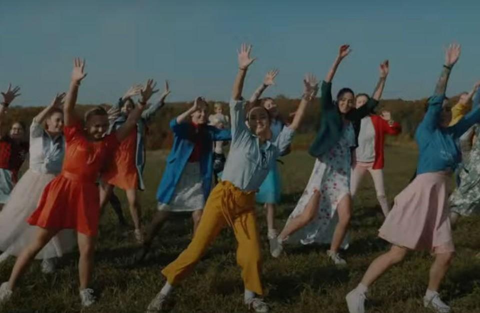 Жители нижегородского села сняли клип по мотивам знаменитого мюзикла, чтобы рассказать чиновникам о своих проблемах.