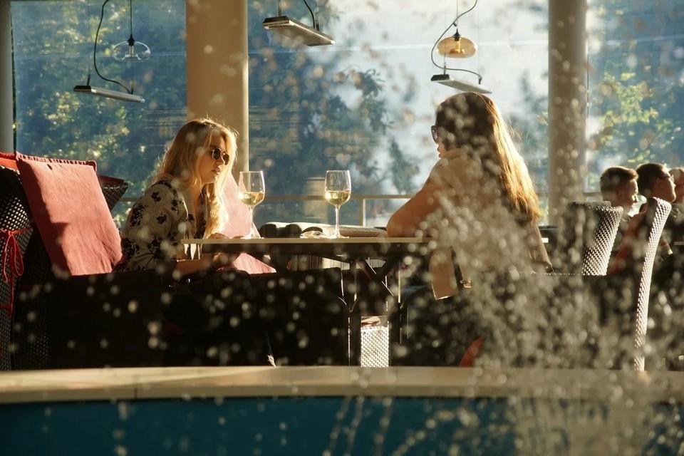Рестораны, бары и кафе пока работают, но ночью туда будут пускать 50% от вместимости.