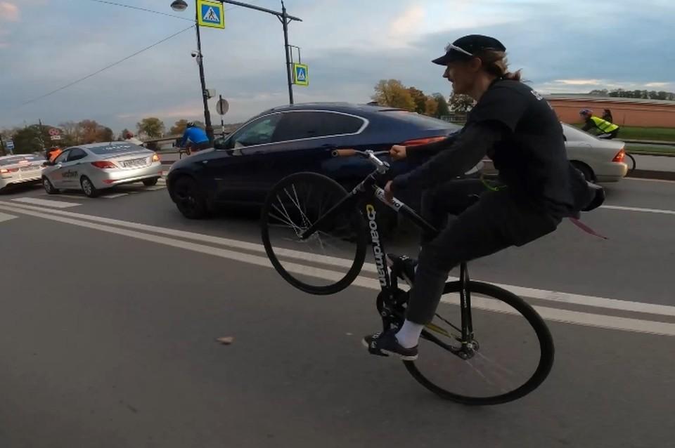 Фиксеры проехали по оживленному центру Санкт-Петербурга, нарушив сотню ПДД. Фото: скриншот видео vk.com/morereallysorry