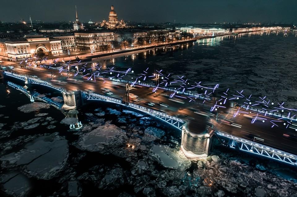 По-новому к 2021 году оформят даже Дворцовый мост. Фото: Городской центр рекламы и праздничного оформления