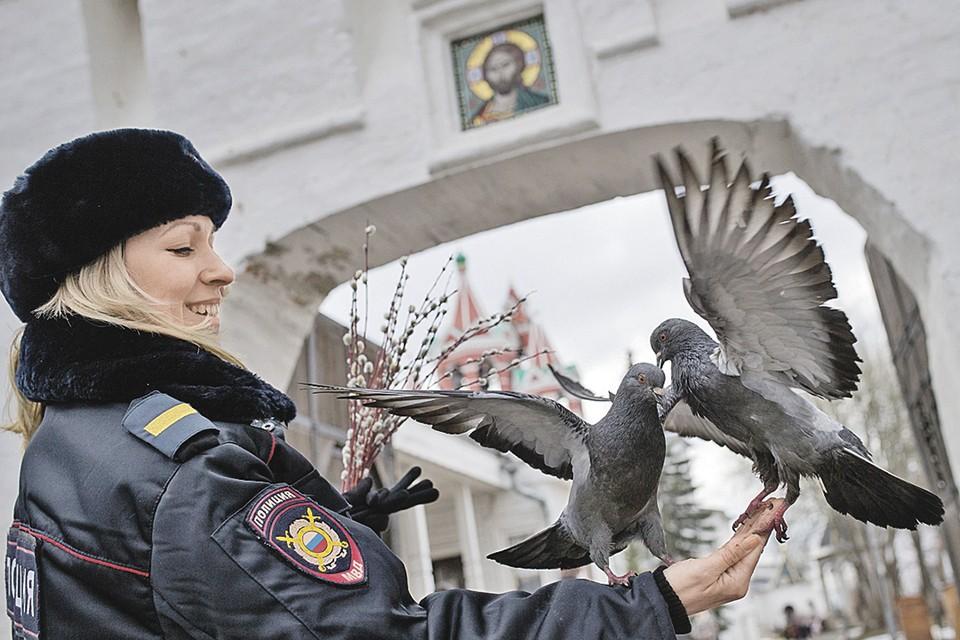 Для многих из нас сотрудники полиции стали настоящими ангелами-хранителями. Фото: Кристина КОРМИЛИЦЫНА/ТАСС