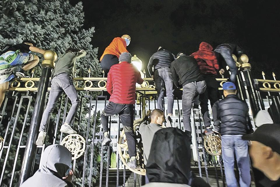 Взятие «Белого дома» в Бишкеке в 2020-м. очень похоже на взятие Зимнего в Петербурге в 1917-м. Разница лишь в том, что киргизы штурмуют «ворота во власть» уже в третий раз. Фото: Vladimir PIROGOV/REUTERS