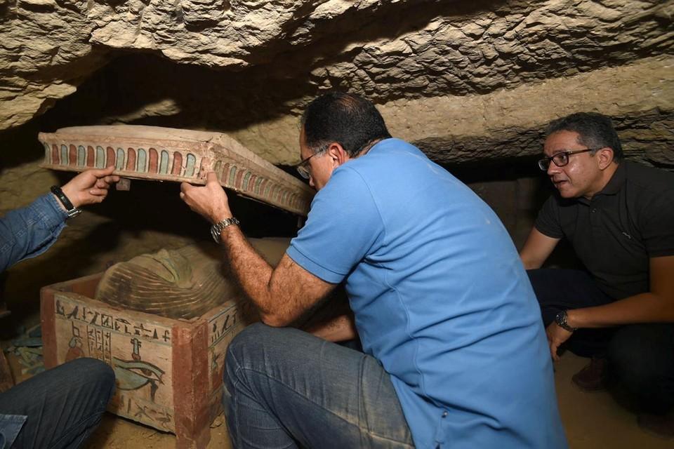 В октябре этого года ученые обнаружили 59 саркофагов в гробнице в Саккаре. Они пролежали непотревоженными 2700 лет