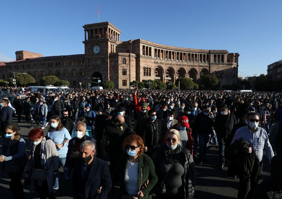 В Ереване люди требуют отставки Пашиняна после подписания им мира.