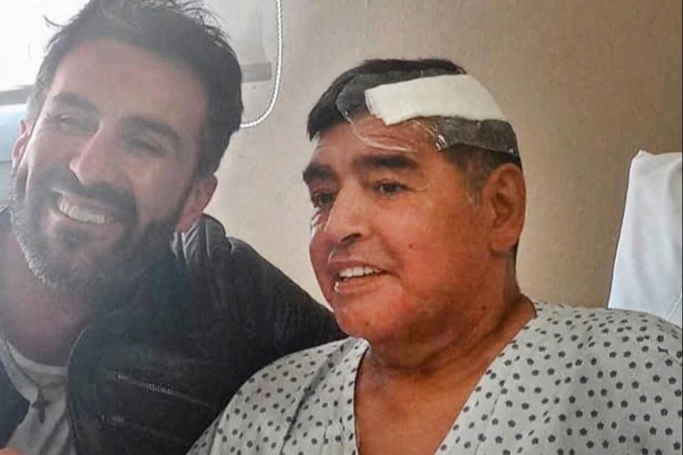 Диего Марадона во время выписки из больницы.