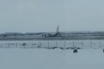 В новосибирском аэропорту самолет выкатился со взлетной полосы