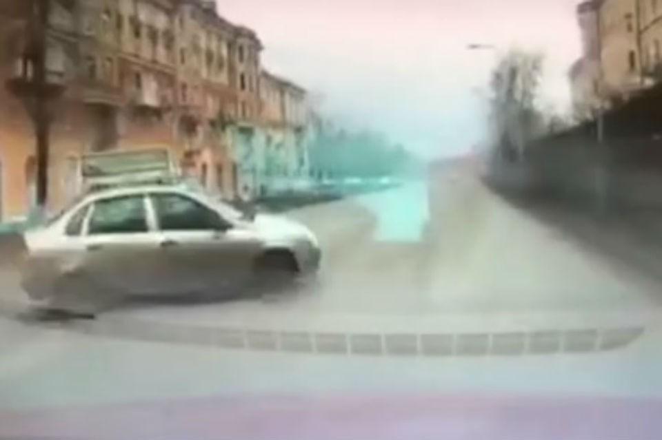 Девушка на Lada вылетела на главную дорогу, не пропустив иномарку. Фото: скриншот видео