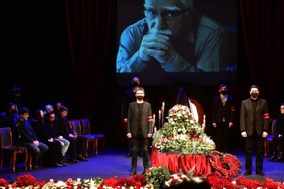 Несмотря на пандемию, церемонию прощания решили сделать открытой, чтобы поклонники Армена Джигарханяна смогли отдать ему последние почести.