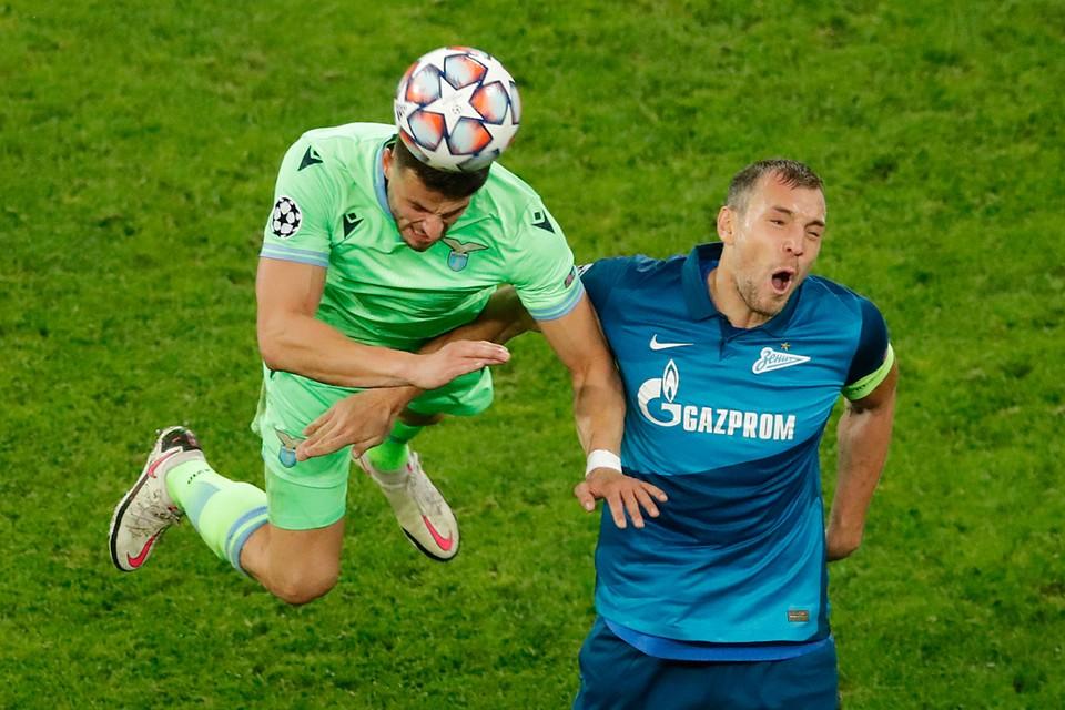 Если же «Зенит» все-таки готов выставить Дзюбу на трансфер, скорее всего, его не станут предлагать клубам из России - чтобы не усиливать конкурентов