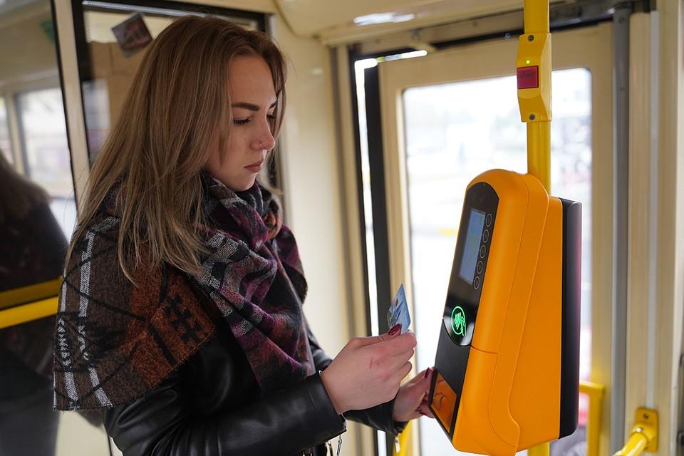 Новая система позволит пассажирам оплачивать проезд не только собственно картой «Тройка», и но и обычными банковскими картами, и социальными