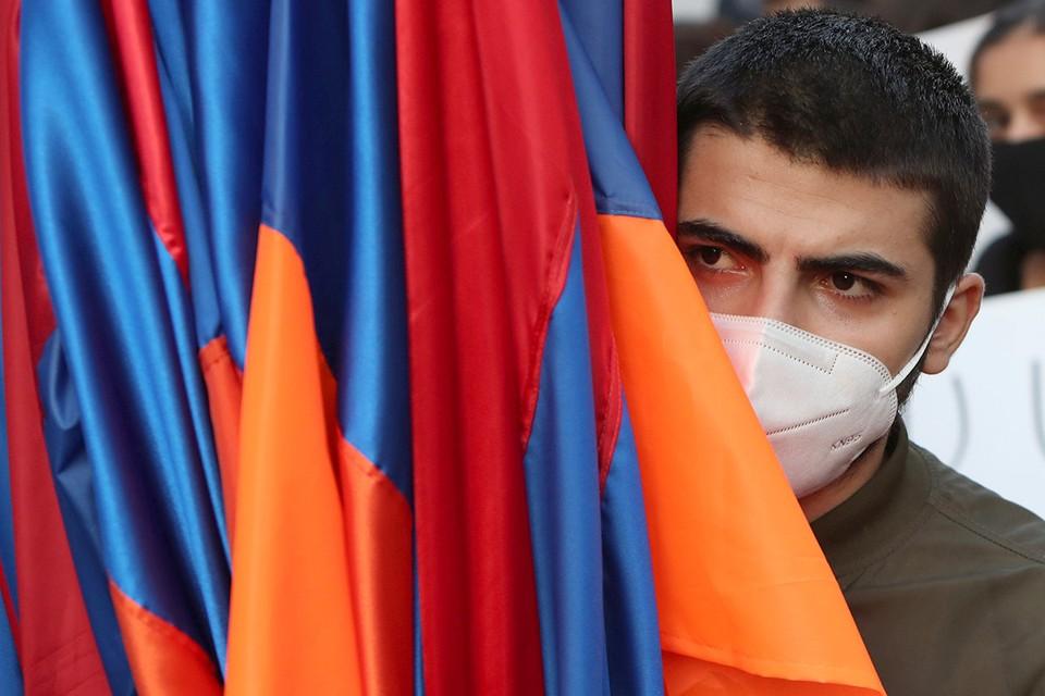 Во время митинга с требованием отставки Никола Пашиняна в Ереване.