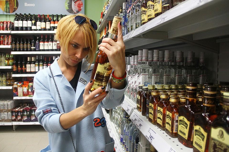 Самая дешевая поллитровка белой будет стоить 243, коньяка - 446, а бутылка шампанского - 169 рублей. Рост составит от 3% до 5,7%