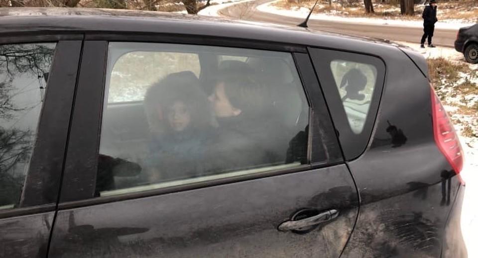 Мальчик со своей мамой.