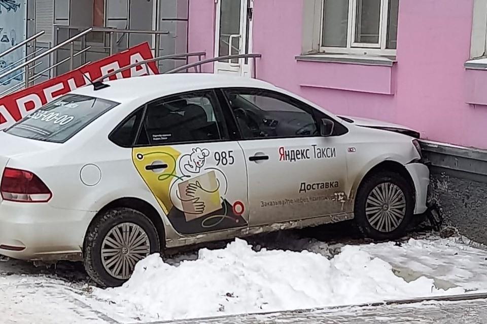 """В Новосибирске таксист врезался в жилой дом. Фото: """"АСТ-54"""""""