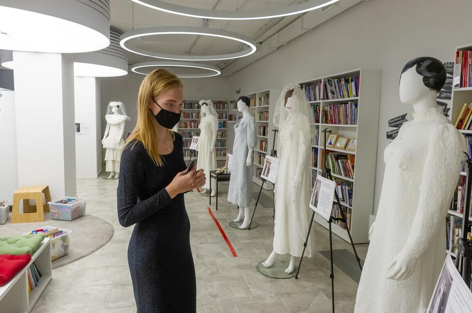 Два из уникальных платьев были сшиты в блокадном Ленинграде, а одно для своей невесты смастерил... жених.