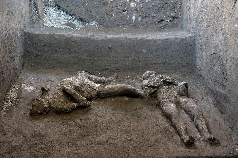 Тела находились примерно под метровым слоем пепла.