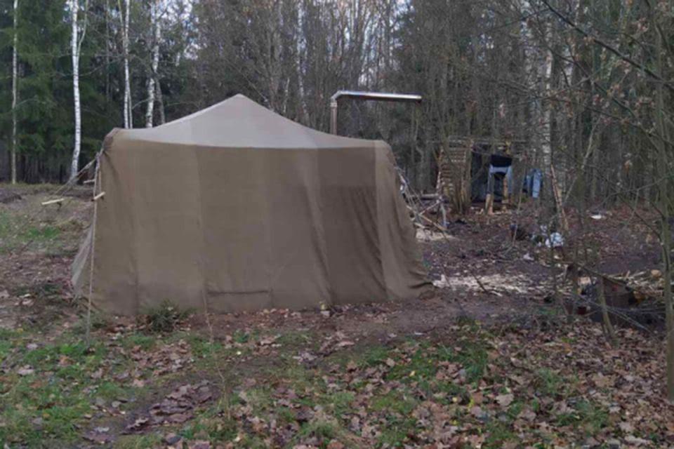 Семья из Столбцовского района решила переждать эпидемию коронавируса в лесу, испугавшись, что вместе с вакциной людям будут вводить чипы. Фото: МВД.