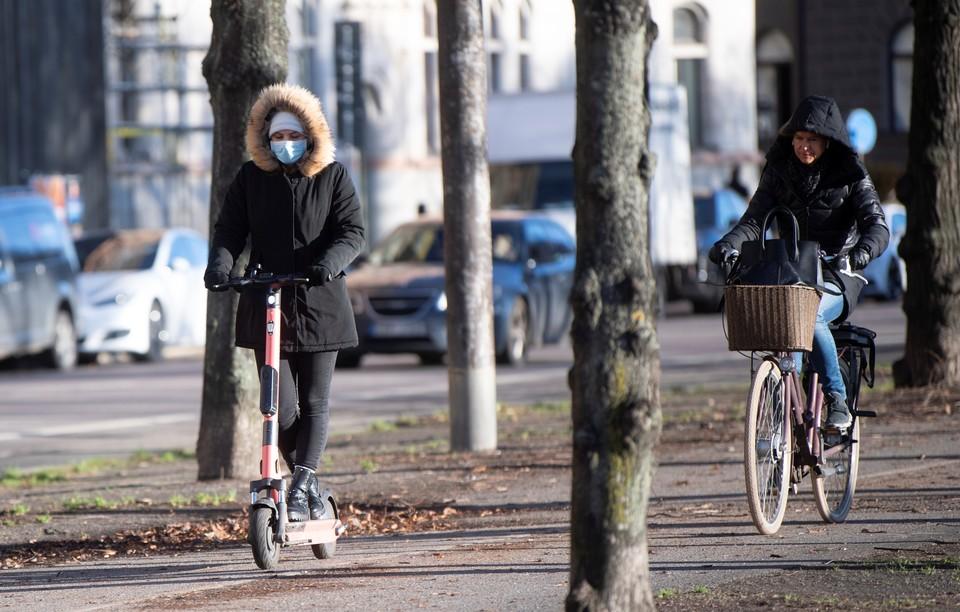 Жители Стокгольма всё чаще появляются на улице в защитных масках.