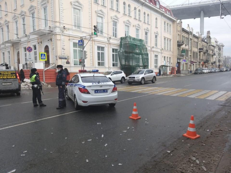 Движение машин и пешеходов на участке улицы Светланской под Золотым мостом закрыто