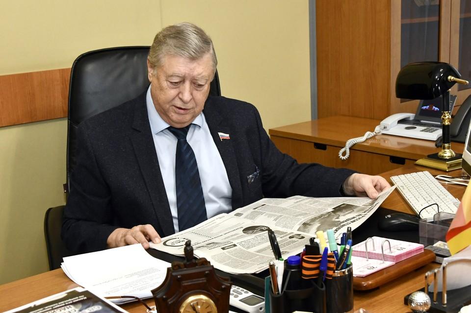 Свежий номер «Комсомолки» всегда на столе у вице-спикера. Фото: ЗСТО
