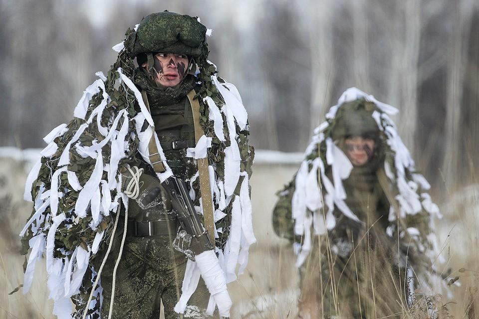 Курсанты Новосибирского высшего военного командного училища во время отработки нормативов тактико-специальной подготовки. Фото: Кирилл Кухмарь/ТАСС