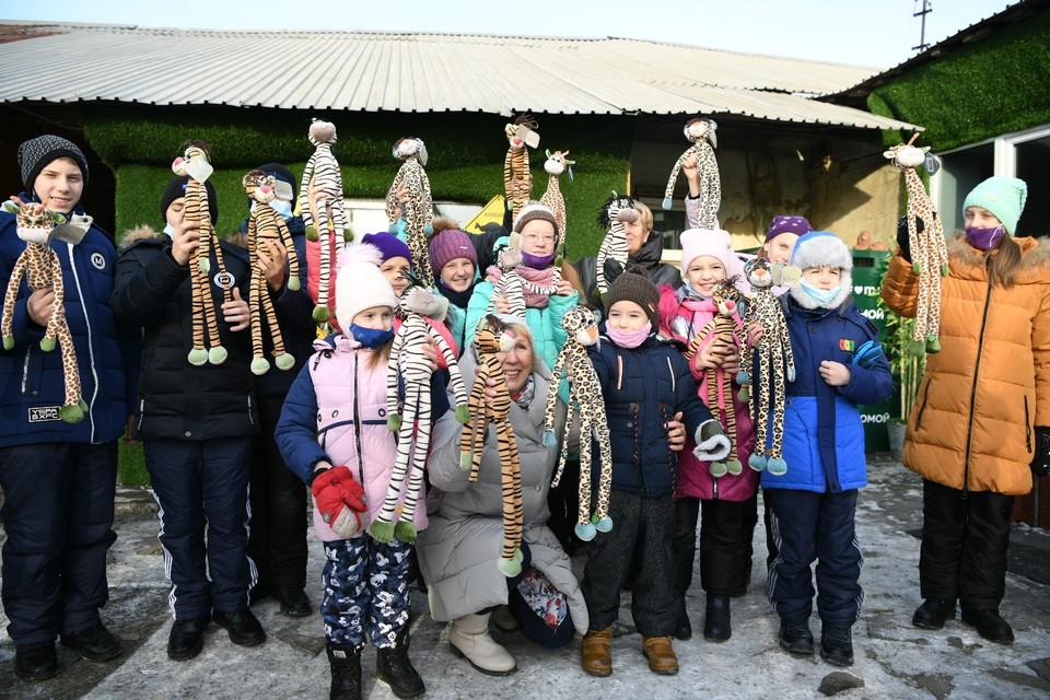 Воспитанники Центра помощи детям Карабаша приехали в гости к львенку Симбе Фото: пресс-служба РМК