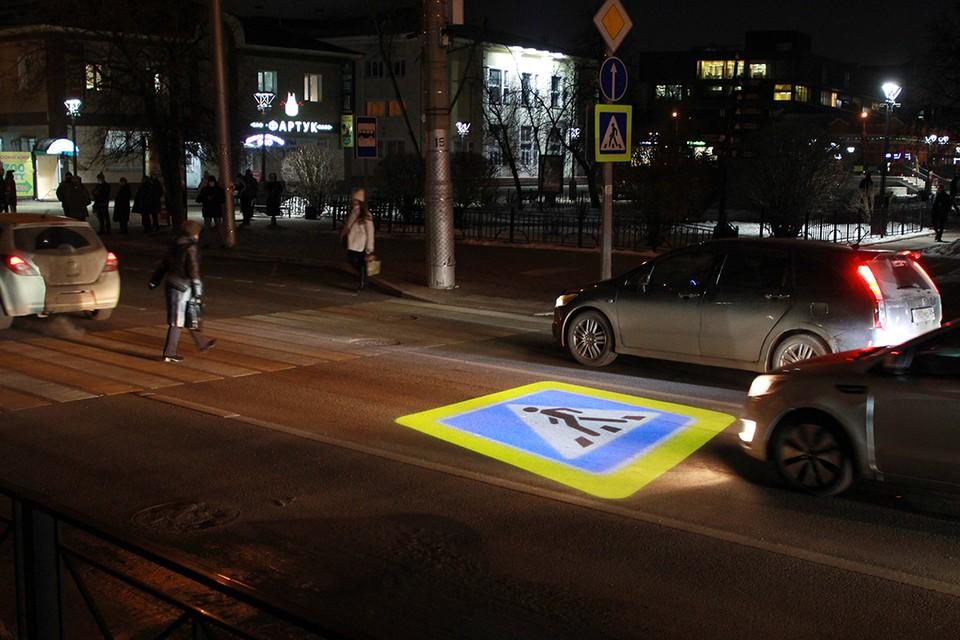 Будет видно в любую погоду: проекционный дорожный знак появился на пешеходном переходе в Иркутске