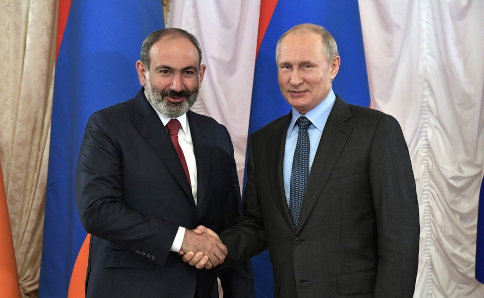 Владимир Путин и Никол Пашинян, помимо прочего, обсудили оказание гуманитарной помощи населению в регионе и работу российских миротворцев.