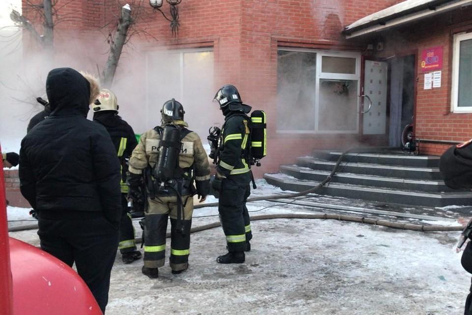 Пожарные выясняют причины возгорания. Фото: ГУ МЧС по Новосибирской области.